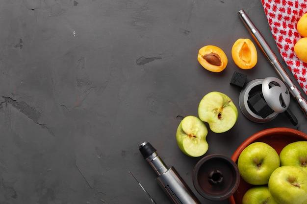Shisha-rohr und schaft mit früchten auf grauem hintergrund, nahaufnahme