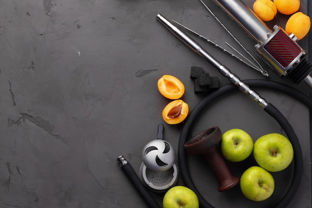 Shisha-rohr und schaft mit früchten auf grauem hintergrund