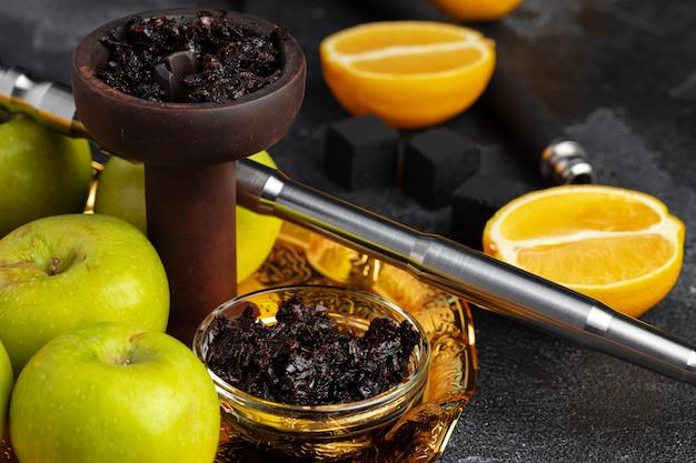 Shisha teile mit äpfeln und zitronen auf tisch nahaufnahme