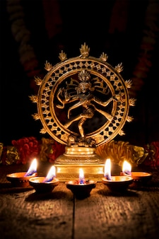Shiva nataraja mit diwali-lichtern