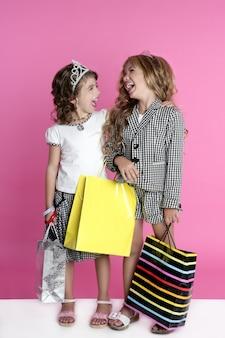 Shopaholic mädchen des kleinen käufers