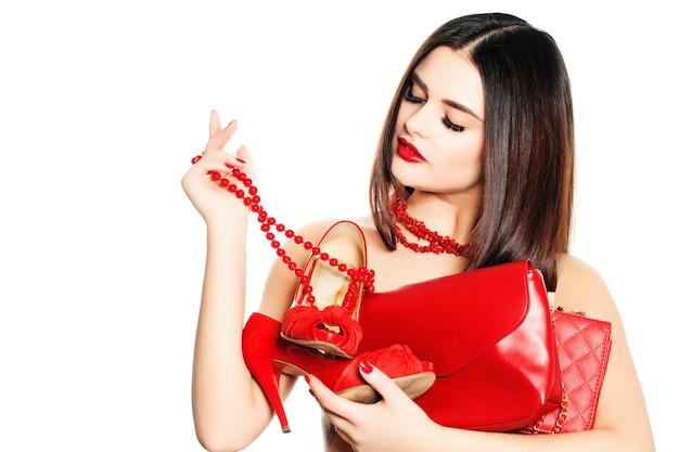 Shopaholic-mädchen isoliert auf weißem hintergrund. frau mit weiblichen accessoires