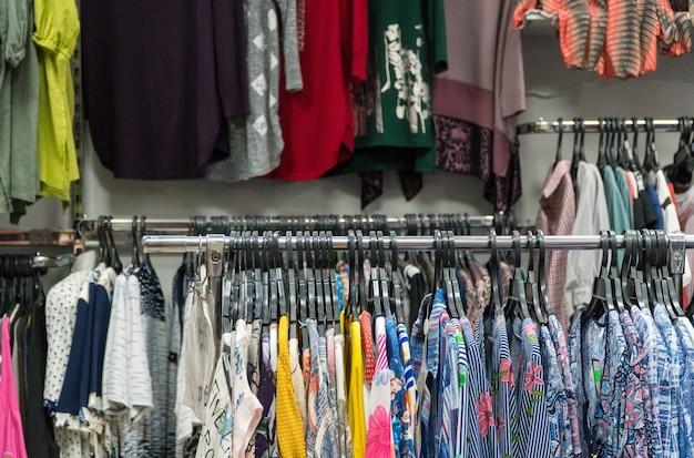 Shoppen sie sommerkleidung für damen. boutique-oberbekleidung