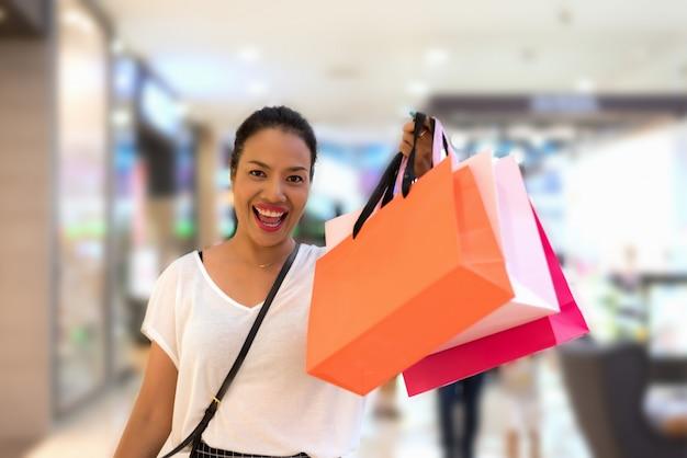 Shopping frau mit einkaufstüten mit kopie raum