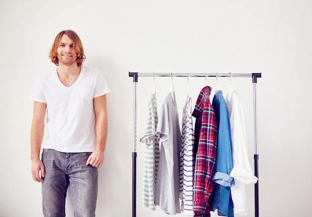 Shopping-porträt hemd glücklich gut aussehend
