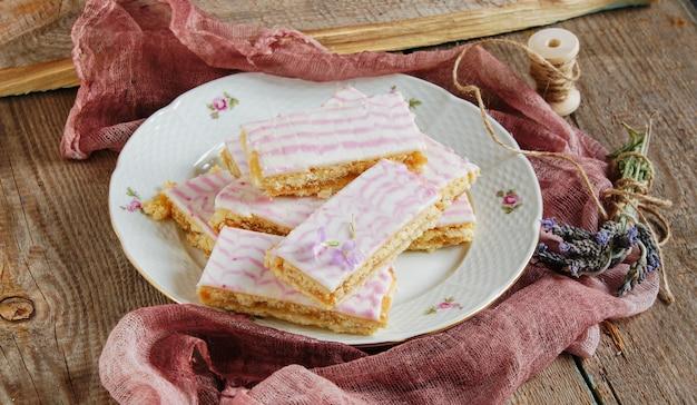 Shortbread bars, glasiert mit zuckerglasur mit lavendel