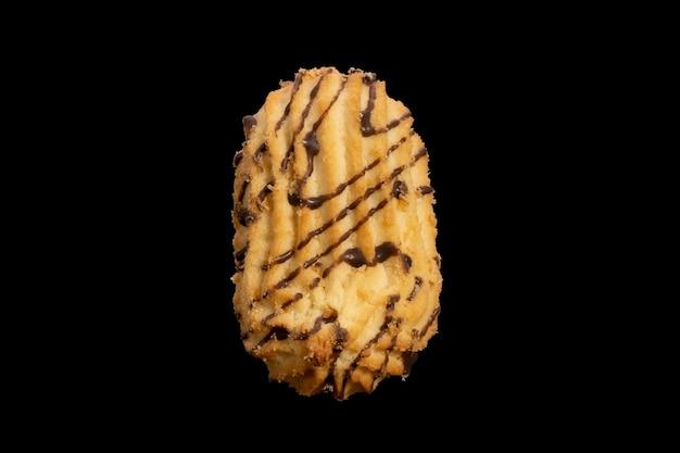 Shortbread cookies auf schwarzem hintergrund isoliert. foto in hoher qualität