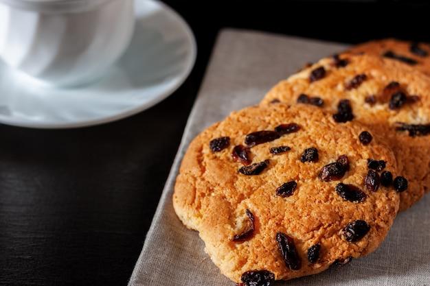 Shortbread cookies mit rosinen zum tee auf dem tisch liegend