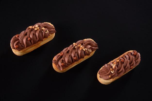 Shortbread-kekskekse mit geschlagener brauner schokoladencreme-mascarpone