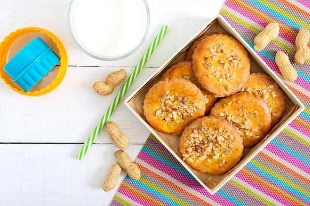 Shortbread-milchkekse mit gehackten nüssen, milch und honig. kekse in einer schachtel. die draufsicht. erste lage