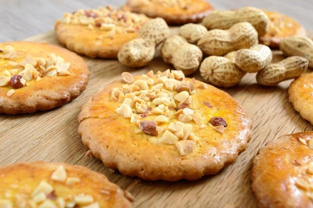 Shortbread-milchkekse mit gehackten nüssen, milch und honig.