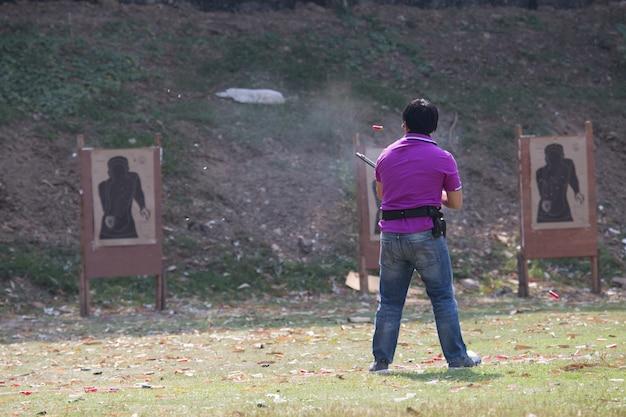 Shoter-schießengewehr auf einem schießstand im freien, selektiver fokus
