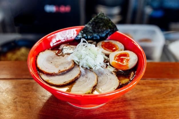 Shoyu chashu ramen: japanische ramen in shoyu-saucen-suppe mit chashu-schweinefleisch, gekochtem ei, trockenem s
