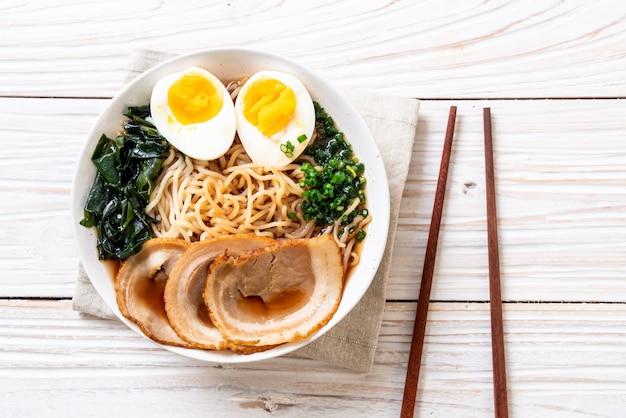 Shoyu ramen nudel mit schweinefleisch und ei