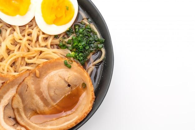 Shoyu-ramennudel mit schweinefleisch und ei