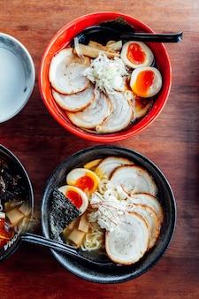 Shoyu und miso chashu ramen: japanische ramen in suppe mit chashu-schweinefleisch, gekochtes ei