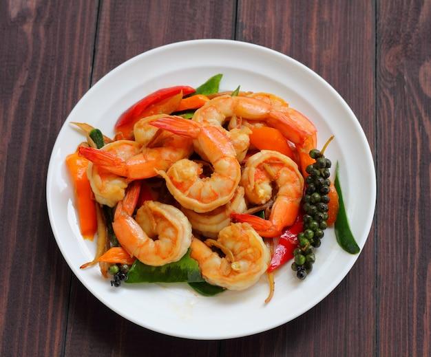 Shrimp puff peppers mit kräutern.