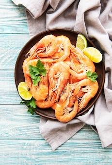 Shrimps auf einem teller serviert