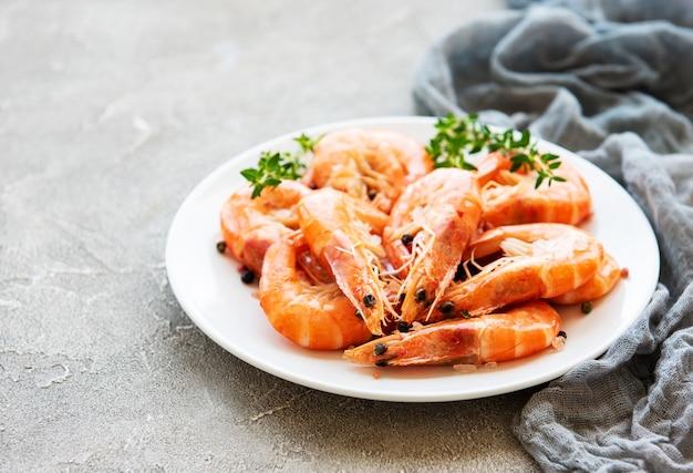Shrimps auf einem teller