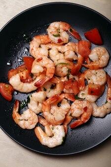Shrimps. haufen von garnelen auf dem teller