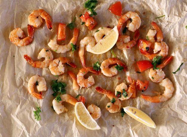 Shrimps. haufen von rosa, rohen garnelen auf dem tisch