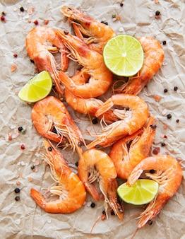 Shrimps mit zitrone serviert