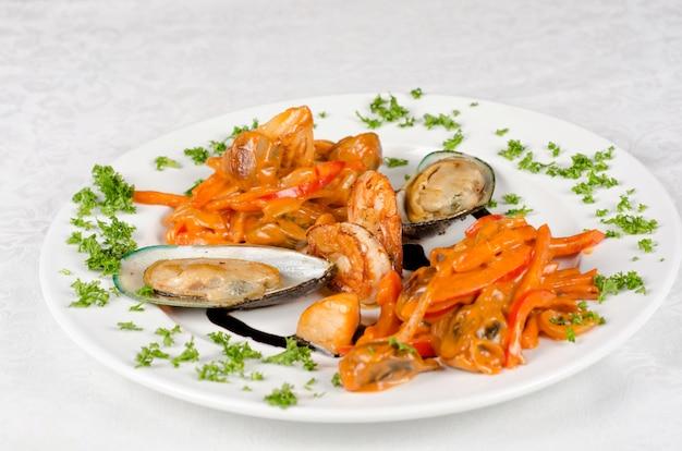 Shrimps muscheln und tintenfisch leckeres fischgericht