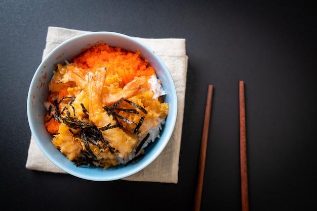 Shrimps tempura reisschale mit garnelenei und seetang