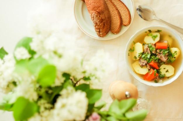 Shurpa-suppe, lammsuppe, orientalische küche, nahaufnahme