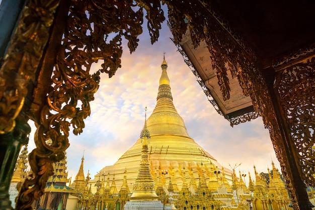 Shwedagon-pagode in yangon, myanmar bei sonnenuntergang