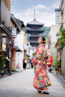 Sian frau, die traditionellen japanischen kimono an der yasaka-pagode trägt
