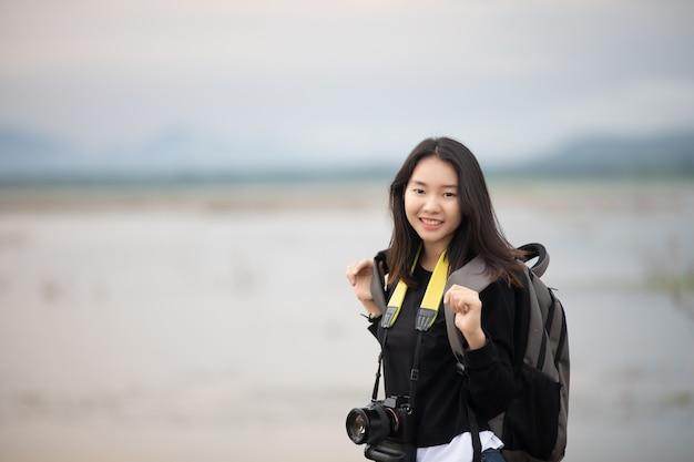 Sian junge frauen menschen wandern mit freunden rucksäcke gehen zusammen und suchen karte und nehmen p