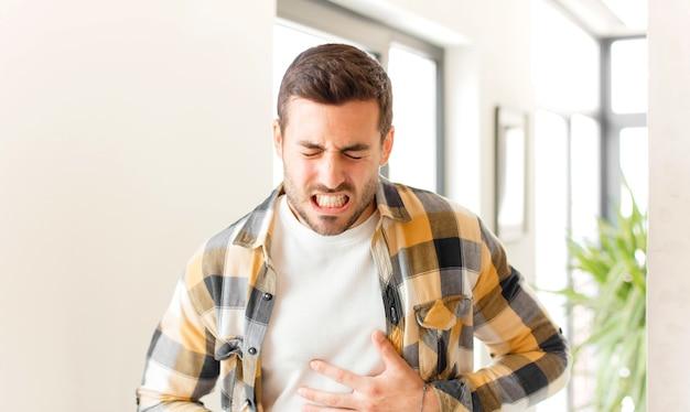 Sich ängstlich, krank, krank und unglücklich fühlen, unter schmerzhaften bauchschmerzen oder grippe leiden
