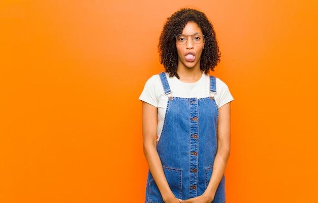 Sich angewidert und gereizt fühlen, die zunge herausstrecken, etwas böses und glückliches nicht mögen