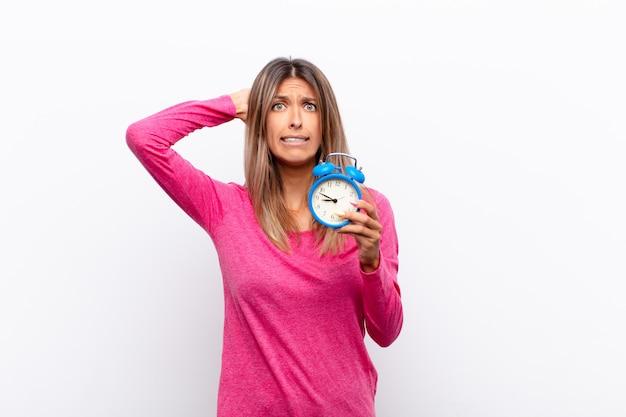Sich gestresst, besorgt, ängstlich oder ängstlich fühlen, mit den händen auf dem kopf, in panik geraten bei einem fehler