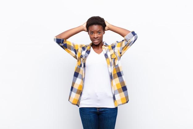 Sich gestresst, besorgt, ängstlich oder verängstigt fühlen, mit den händen auf dem kopf, bei einem fehler in panik geraten