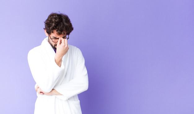 Sich gestresst, unglücklich und frustriert fühlen, die stirn berühren und unter migräne mit starken kopfschmerzen leiden