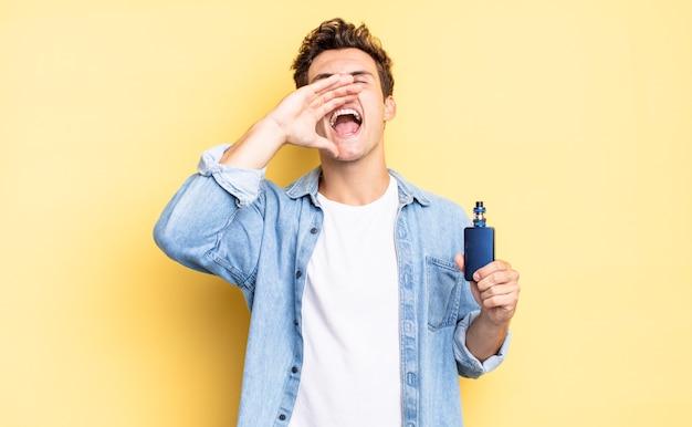Sich glücklich, aufgeregt und positiv fühlen, mit den händen neben dem mund einen großen schrei aussprechen, rufen. vaporizer-konzept