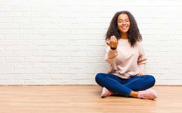 Sich glücklich, erfolgreich und selbstbewusst fühlen, sich einer herausforderung stellen und sagen, bring es an! oder dich begrüßen