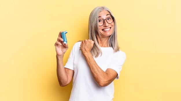 Sich glücklich, positiv und erfolgreich fühlen, motiviert sein, sich einer herausforderung zu stellen oder gute ergebnisse zu feiern. asthma-konzept