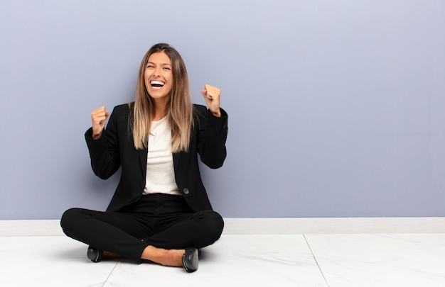 Sich glücklich, positiv und erfolgreich fühlen, sieg, erfolge oder viel glück feiern
