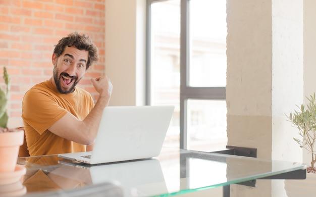 Sich glücklich positiv und erfolgreich motiviert fühlen, wenn man sich einer herausforderung stellt oder gute ergebnisse feiert