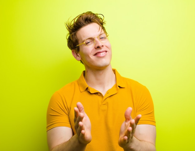 Sich glücklich und erfolgreich fühlen, lächeln und in die hände klatschen, mit applaus gratulieren