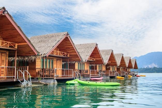 Sich hin- und herbewegender bungalow in der ratchaprapa-verdammung thailand