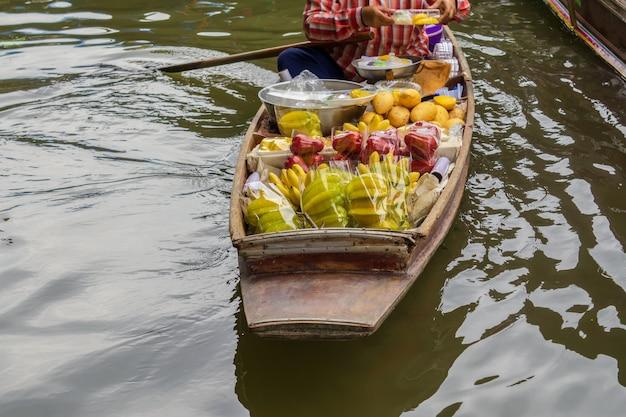Sich hin- und herbewegender markt damnoen saduak nahe bangkok in thailand Premium Fotos
