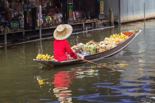 Sich hin- und herbewegender markt damnoen saduak nahe bangkok in thailand