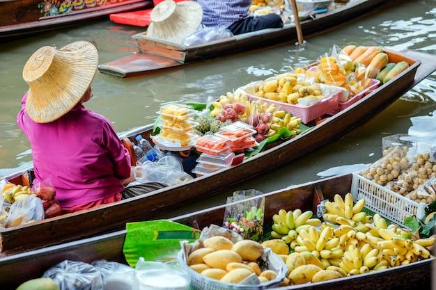 Sich hin- und herbewegender markt damnoen saduak, ratchaburi, thailand