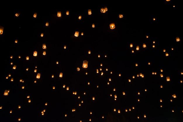 Sich hin- und herbewegendes laternenfestival im yi-peng festival, chiangmai thailand