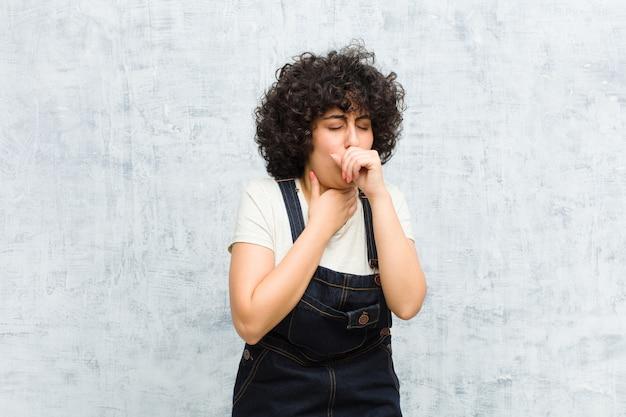 Sich krank fühlen mit halsschmerzen und grippesymptomen, husten mit bedecktem mund