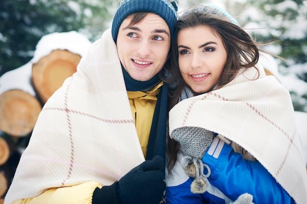 Sich mit einer anderen person zu verbinden ist die beste idee, um sich im winter aufzuwärmen